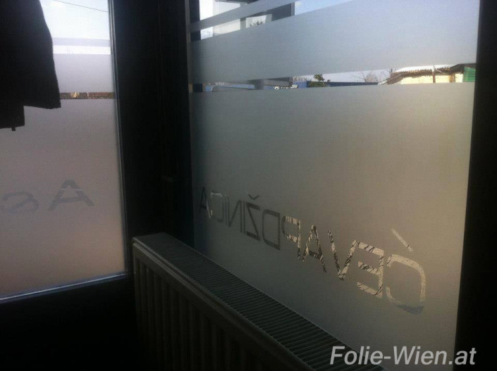 fenster-folierung-milchglas-logo-beklebung