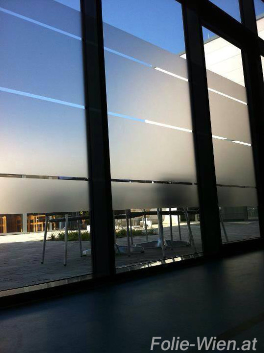 fenster-folierung-milchglasfolie-vitrinen-Glaswande-tueren