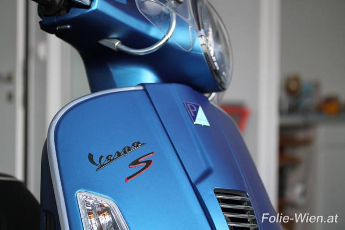 blau-vespa-motorrad-autofolierung-wien